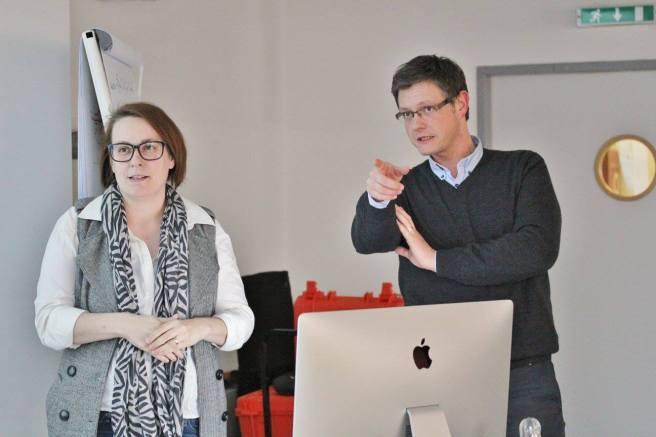 Hubert Weitzer (l.) und Birgit Parade bei einer Lehrveranstaltung an der FH JOANNEUM in Graz