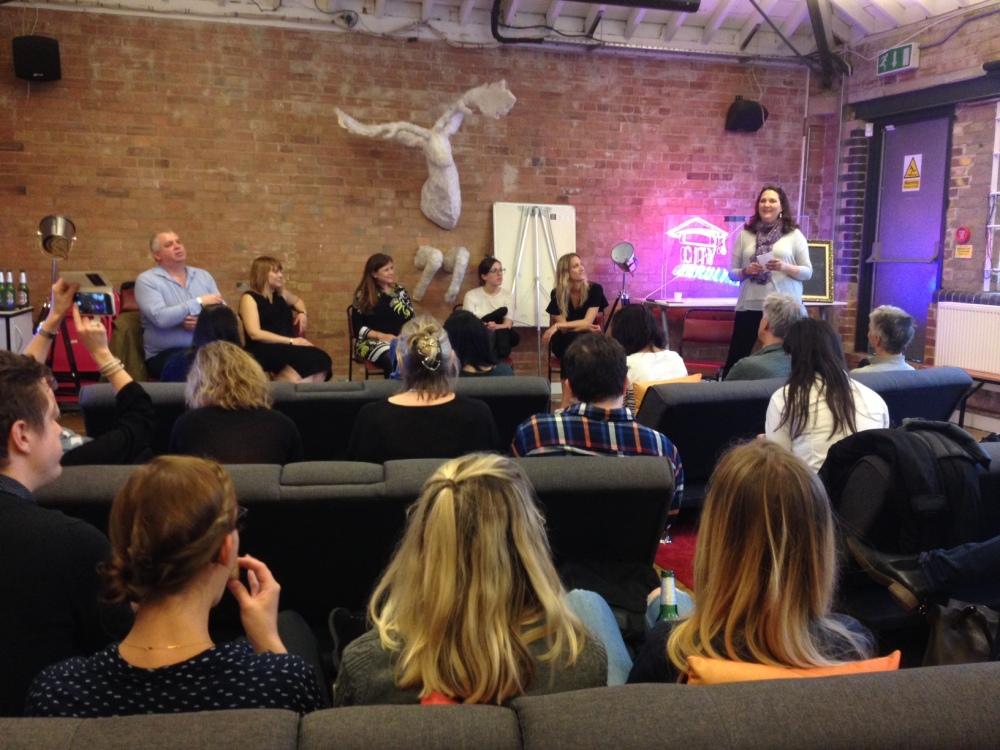 Publikum und Gäste bei einer Podiumsdiskussion