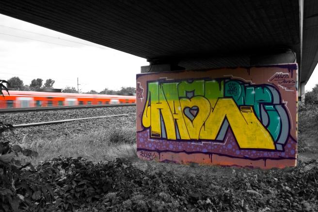 Ein Graffiti an einer Brücke